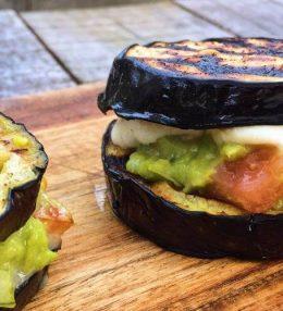 Aubergine op de BBQ met Avocado Salsa