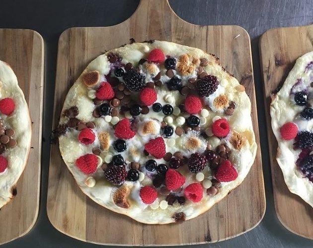 Pizza met fruit en chocolade