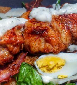 Caesar Salade met gegrilde kippendijen spies