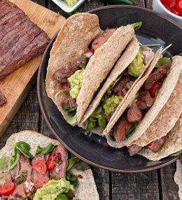 Skirt steak taco van de BBQ met salsa en guacamole