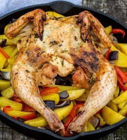 Gevlinderde kip met tijm en citrusvruchten van de BBQ