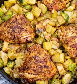Eenpansgerecht met kip, zoete aardappel en spruitjes