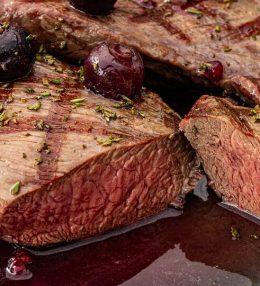 Gegrilde Hertenbiefstuk van de BBQ met rode portsaus