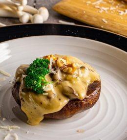 Vegetarisch pasteitje van portobello en paddenstoelen ragout