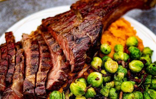 tomahawk steak kamado
